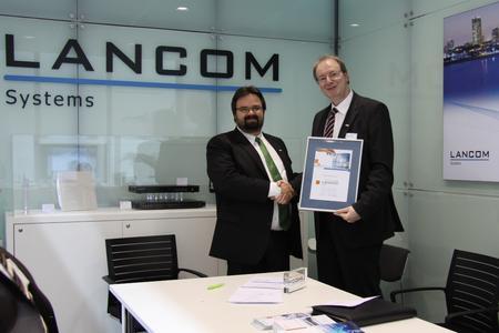 Manuel Urbanek (links), Geschäftsführer von Loop21, und Ralf Koenzen, Geschäftsführer von Lancom Systems, schließen Kooperationsvertrag LANstrategy auf der CeBIT 2013