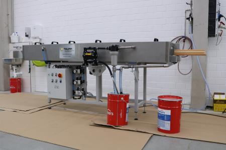 Der Imprägniertunnel der Firma Thüma deckt die komplette Holzbearbeitung ab (Bildquelle: Remmers, Löningen)