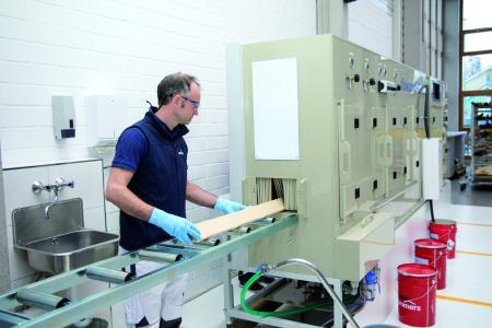 Induline SW-935 kann als farblose Imprägnierung mittels Flocoroll G von der Firma Range & Heine auf die Fensterkantel aufgebracht werden, Bildquelle: Remmers, Löningen