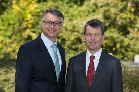 Die WEMAG-Vorstände Thomas Murche (li.) und Caspar Baumgart blicken optimistisch auf die nächsten 30 Jahre des Energieunternehmens. Foto: WEMAG/Stephan Rudolph-Kramer