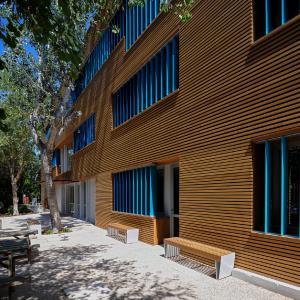 Fein abgestufte blaue RAL-Farbtöne dieser Gruppen von Sonnenschutzlamellen aus dem System Schüco ALB kennzeichnen den Eingangsflügel / Foto: Schüco International KG
