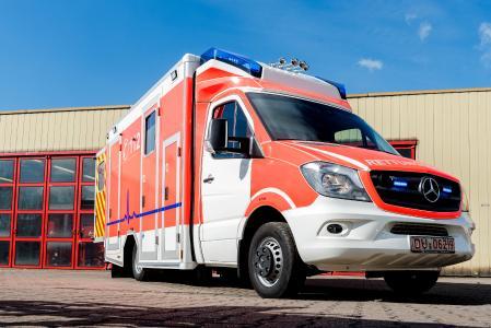 180 PS und mit modernster Medizintechnik ausgestattet. Der neue Rettungswagen der Werkfeuer von thyssenkrupp in Duisburg