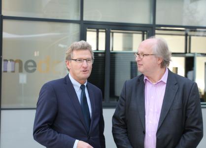 medac-Geschäftsführer Jörg Hans im Gespräch mit Schleswig-Holsteins Minister Dr. Bernd Buchholz