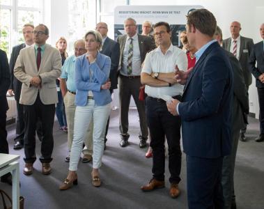 Im Rahmen der Feierlichkeiten zum 50-jährigen Firmenjubiläum hat Wirtschaftsministerin Nicole Hoffmeister-Kraut mit Minister Peter Hauk und Landtagsabgeordneten die Firma WEISS in Buchen besucht