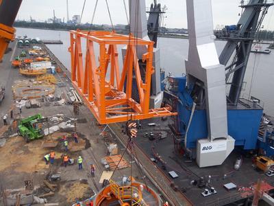 Verladung von Großkomponenten eines Schiffsentladers für den Export in Bremen