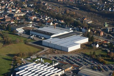 Blick auf das Werk Nord von STIEBEL ELTRON mit der neuen Logistikhalle (Mitte)