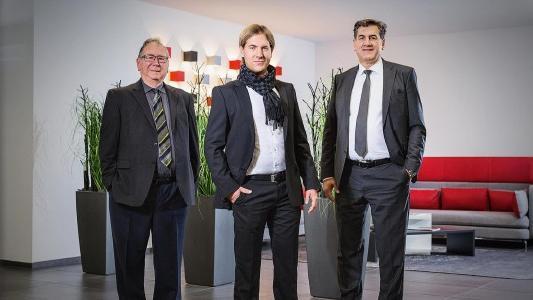Die Firma Kögl in Bubesheim hat seit Kurzem drei Geschäftsführer anstelle von zwei. Die dritte Generation ist in der Firmenleitung angekommen. Firmengründer Adolf Kögl (von links), neuer Geschäftsführer Markus Kögl und sein Vater Manfred Kögl stehen an der Spitze des stetig expandierenden mittelständischen Unternehmens. Foto: Kögl