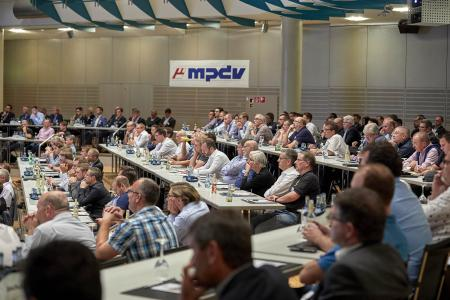 Mehr als 300 Teilnehmer tauschten sich bei der HUG-Konferenz in der Stadthalle Hockenheim zu Themen wie Digitales Shopfloor Management, Künstliche Intelligenz oder neue Formen der Datenerfassung aus / Bildquelle: MPDV