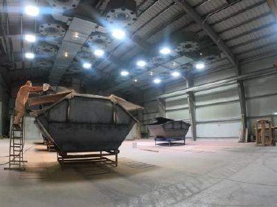 Hallenstrahler HML bescheren normgerechtes Arbeitslicht, resistent gegen Emissionen von Feuchtigkeit, Lacken und Sprühdämpfen