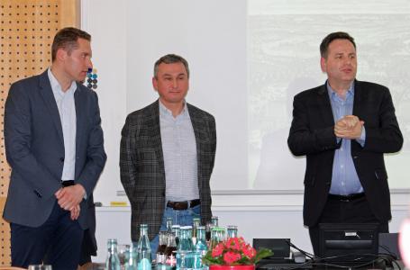 Oleg Ryzhkov (2. v.l.) zeigte sich interessiert von den Arbeiten des Bernhard Remmers Instituts für Analytik (BRIfA). Andreas Tewes und Klaus Boog (rechts) informierten über die Möglichkeiten in der Baudenkmalpflege, Bildquelle: Remmers, Löningen