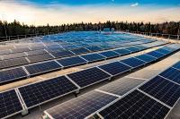 Die rund 1.800 Module am Dach von Werk 2 liefern eine Leistung von 536 kWp / © W&H