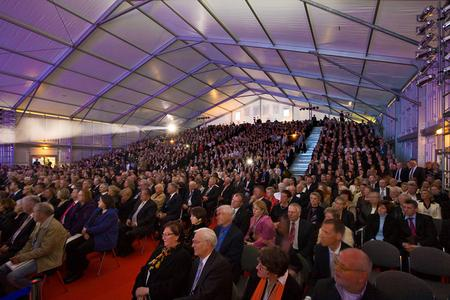 1800 geladene Gäste fanden sich im VIP-Zelt von Losberger, dem maxiflex Emporium, zur Abendverstaltung anlässlich der Taufe der AIDAbella, ein. Die Tribüne, die Platz für 1000 Gäste bot, gehörte ebenfalls zum Leistungsumfang von Losberger.