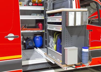 Eine Besonderheit ist das an der Seitentür ausfahrbare Modul auf einem Schwerlastträger. Hier sind die Notfallrucksäcke untergebracht, so dass die Einsatzkräfte schnell darauf zugreifen können