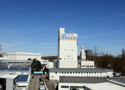 Blick auf den Pulverturm der MC-Bauchemie im Bottroper Industriegebiet Am Kruppwald bei Tag von der Bruktererstraße aus südlicher Richtung