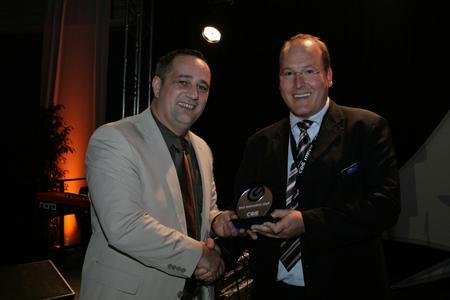 """Christoph Runge (Leiter Einkauf & Marketing COS Distribution) überreicht Jürgen Kettinger (micronAir office) die Auszeichnung """"Best Innovation 2008"""""""