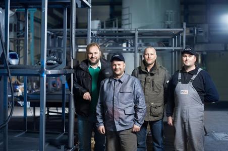 Gemeinsam zum Erfolg - EWM-Niederlassungsleiter Toralf Pekrul (links außen) ist nicht nur bei der Fertigung der Wassertanks ein ständiger Partner von Mesa-Schweißaufsicht Tino Volkmer (2. von links) und seinem Schweißerteam / Foto: EWM AG