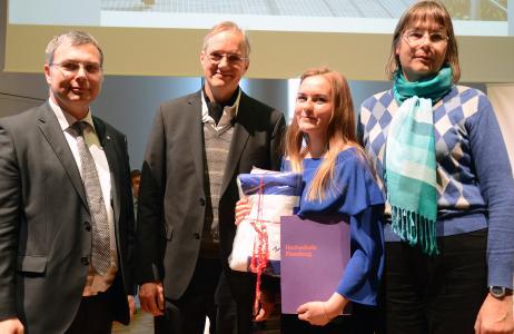 Herausragende Leistungen: Olena Möller wurde mit dem DAAD-Preis ausgezeichnet. Prof. Dr. Thomas Severin, Prof. Dr. Martin von Schilling (v.l.) und Ute Sachau aus dem International Office gratulieren (Foto: Gatermann)