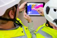 Caverion Techniker bei einer Projektbesprechung © Caverion GmbH