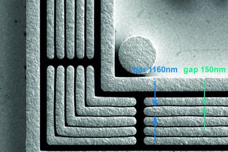 REM-(Rasterelektronenmikroskopie)-Bild zeigt die exakten Abmessungen im Prüfkörper
