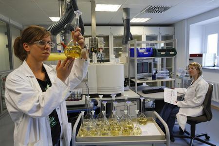 Die Analyse von Edelmetallproben ist bei den Edelmetallspezialisten Heraeus und Umicore eine täglich gelebte Praxis