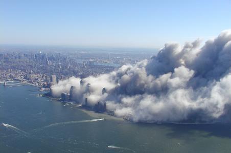 Staubwolke WTC: Aufnahme nach dem Einsturz des World Trade Centers am 11. September 2018 um 10:34 Uhr / Foto by Greg Semendinger, New York City Police Aviation Unit