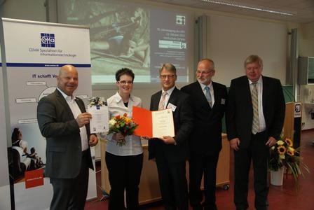 Preisverleihung für hervorragende Abschlussarbeiten (von links): Thomas Steckenborn (CEMA AG), Katja Hahn (Preisträgerin), und die Professoren Dr. Ulrich Bühler (Vorsitzender FBTI), Dr. Manfred Krause (Hochschule Hannover), Dr. Michael Frank (HTWK Leipzig)