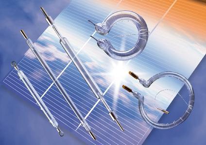 Infrarot-Strahler ermöglichen innovative Wärmeprozesse, die nötig sind, um für die regenerative Energiegewinnung Solarzellen oder Teile von Windenergieanlagen optimal herzustellen. (Foto: Heraeus)