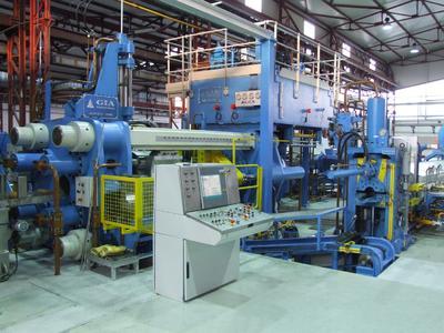 Die neue Aluminiumstrangpresse bei FEAL hat eine Presskraft von 1.400 Tonnen. Das Unternehmen verfügt über mehrere Pressen mit einer Presskraft bis zu 2.500 Tonnen
