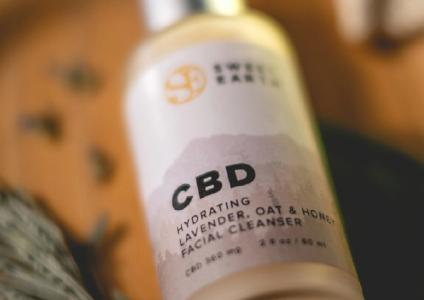 Organic CBD Hydrating Oat Honey Facial Cleanser, Foto: Sweet Earth Holdings