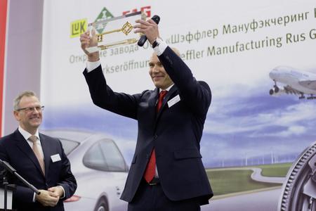 Mikhail Volkov, General Director of Schaeffler Manufacturing RU (middle) proudly presents the symbolic key to the new plant in Ulyanovsk. Left: Dietmar Heinrich, CEO Schaeffler Region Europe