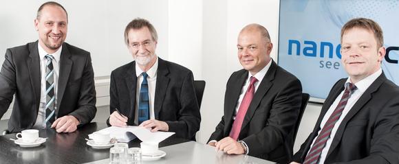 Unterzeichnung des Übernahmevertrags: Marcus Grigat (Vorstand Operations NanoFocus AG), Ulrich Breitmeier (Breitmeier Messtechnik GmbH), Joachim Sorg (Vorstand Finanzen NanoFocus AG) und Jürgen Valentin (Vorstand Technologie NanoFocus AG); v.l.n.r.