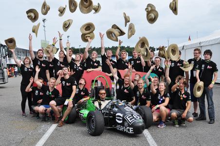 """Das """"Ignition Racing Team Osnabrück"""" setzte bei dem E-Rennboliden auf HARTING Technologie und gewann den Sonderpreis – und bei den hochsommerlichen Temperaturen durften natürlich die bekannten HARTING Strohhüte nicht fehlen"""
