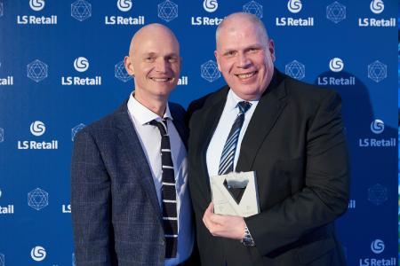 Magnus Norddahl (CEO und Präsident, LS Retail ehf.) und Markus Brunner (Bereichsleiter Retail Solutions, KUMAVISION) bei der Verleihung des Diamond-Status an KUMAVISION in Madrid