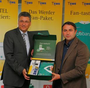Das Werder-Fan-Paket gibt es in einer limitierten Auflage von 1.000 Stück - EWE TEL-Geschäftsführer Hans-Joachim Iken (links) und Werder-Geschäftsführer Klaus Allofs.