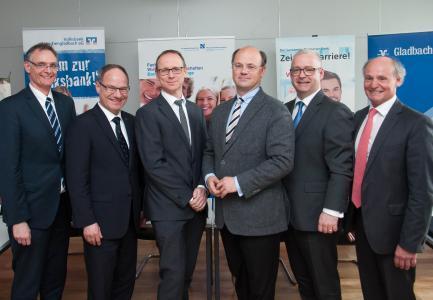 Anlage: Foto (von links): Prof. Dr. Siegfried Kirsch (Hochschule Niederrhein), Michael Schmuck (Sparkasse Neuss), Georg Maar (Santander), Prof. Dr. Hans-Hennig von Grünberg (Hochschule Niederrhein), Sven Witteck (Gladbacher Bank) und Otmar Tibes (Volksbank Mönchengladbach).