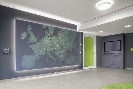 Von Portugal bis Dubai reicht das Firmen-Netzwerk der DAW. In welchen Städten ist der Farbenhersteller präsent? Eine große dreidimensionale Standortkarte gewährt Besuchern im Foyer des IT-Neubaus einen ersten Überblick (Foto: Caparol Farben Lacke Bautenschutz/Blitzwerk.de)