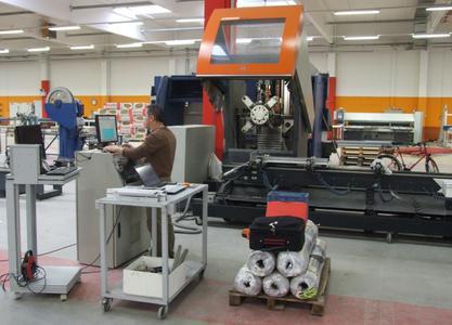 Für die Stabbearbeitung setzt die Max Eckstein GmbH zusätzlich zwei SBZ 130 von elumatec ein. Der Revolverkopf an dieser Maschine erlaubt schnelle Werkzeugwechsel. Am SBZ 130 lassen sich auch Winkelköpfe verwenden
