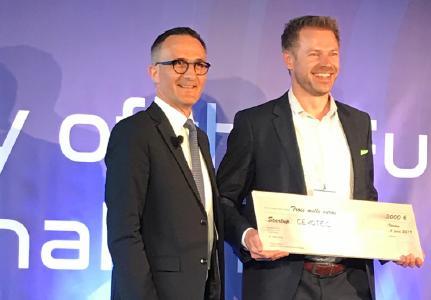 Thorsten Groene receiving SKF's