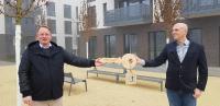 Corona-konform: Ingo Strugalla, geschäftsführender Vorstand der Stiftung Schönau (links), nimmt symbolisch den Schlüssel von Adam Vuletic von der BPD Immobilienentwicklung GmbH entgegen