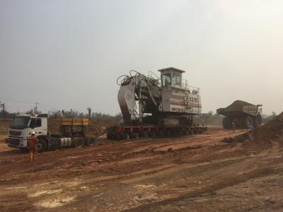 Der THP SL 12 wird mit Hilfe eines Dumpers und der Zugmaschine vom Minengelände gefahren / Foto: Goldhofer