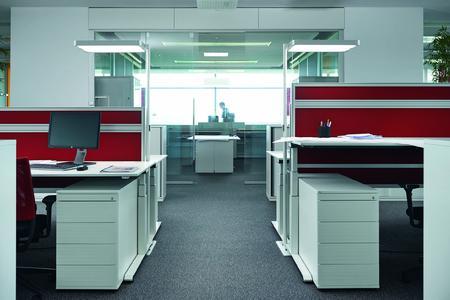 Pro Doppelarbeitsplatz genügt eine ATARO LED-Leuchte für eine optimale Beleuchtung