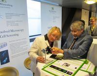 Professor Dr. Herbert Schneckenburger und sein Biophotonik-Team präsentierten neue Methoden zur hochauflösenden Mikroskopie und zum Screening lebender Zellen