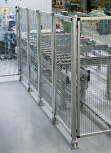 Robust und zweckmäßig – ein Schutzzaun aus Aluminiumprofilpfosten und Flächenelementen als Wellengitter