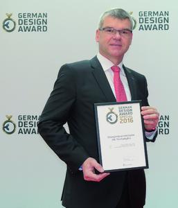 Gunter Streng von ebm-papst nimmt in Frankfurt die Auszeichnung entgegen.