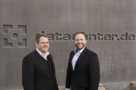 Joachim Astel, Vorstand der noris network AG (li.), und Florian Sippel, Principal Datacenter Architect bei noris network AG, freuen sich über das große Interesse am neuen Rechenzentrum, Bildquelle: noris network