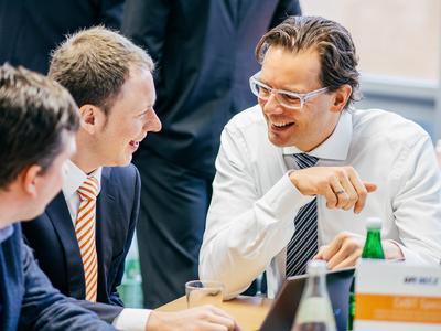 Gute Stimmung ist beim acmeo CeBIT Frühstück garantiert: Henning Meyer (Geschäftsführer acmeo) im Gespräch mit Ralph Friederichs (CYBERDYNE IT GmbH) 2014