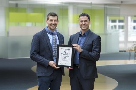 """Haben gut lachen: Steffen Fritz (links) und Daniel Panzini (rechts), beides Mitglieder der Jauch-Geschäftsleitung, freuen sich über die Auszeichnung zum """"Future Champion"""""""