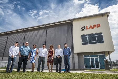 The team of Lapp Panamá in front of the new warehouse building