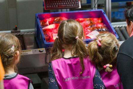 In der Logistik von LAPP lernten die Kinder, wie Kleinteile scheinbar ganz von allein ihren Platz finden