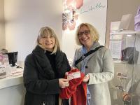 Daniela Dahm (Lilith e.V., links) und Michaela Danner (Franz & Wach) bewundern in Liliths Second Hand Laden einen Schal, den eine Mitarbeiterin gefertigt hat.